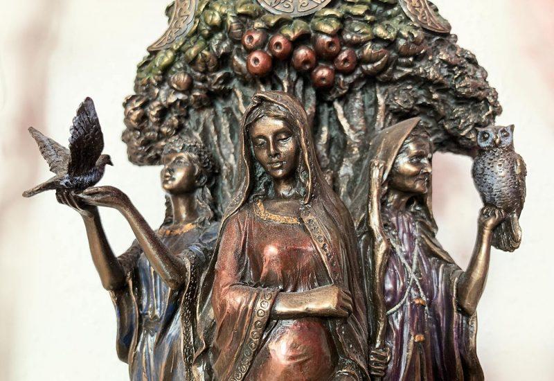 "Brunnen Bronze ""Drei Frauen""."